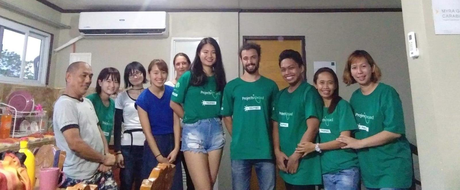 フィリピンで教育ボランティア中の松井亜里香さんと仲間たち
